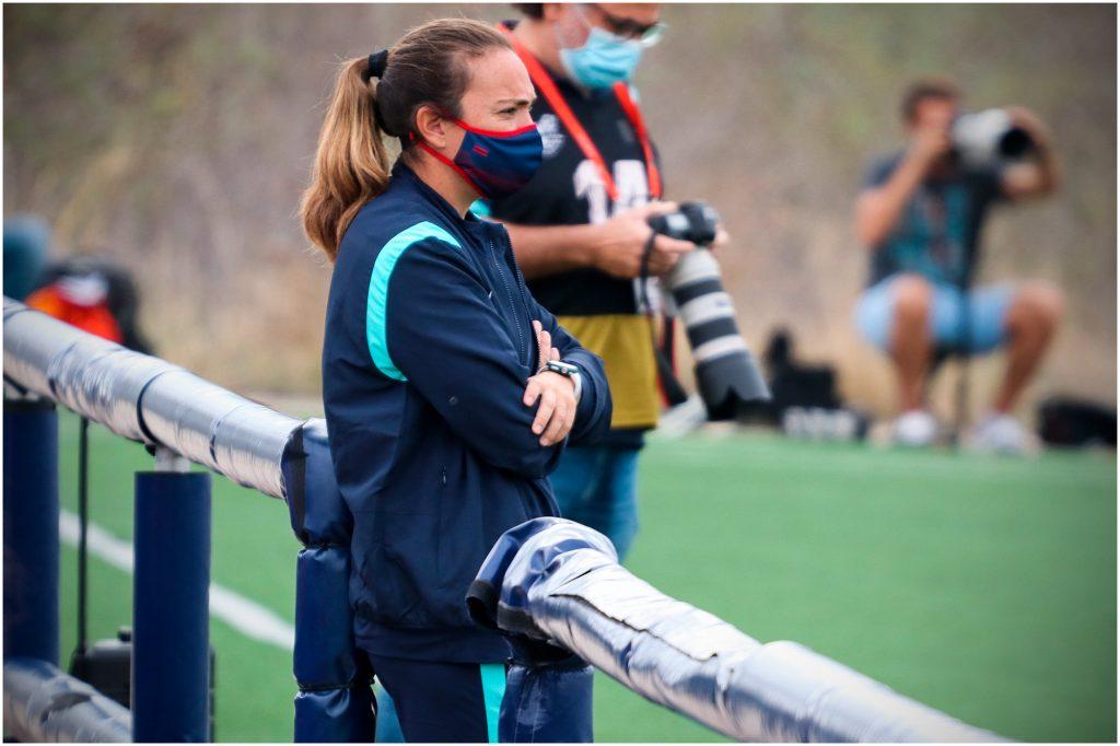 María Pry, observando el juego durante el primer partido en casa de la temporada. / Foto: Marta López