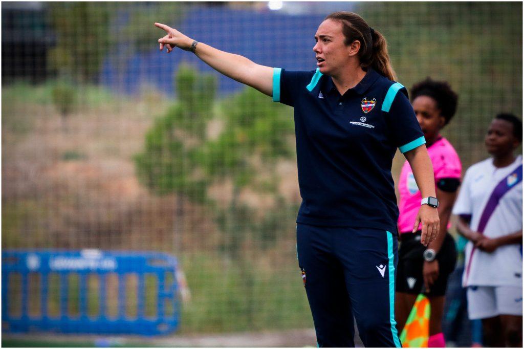 María Pry, dando instrucciones a su equipo durante el Levante-Eibar. Foto: Marta López