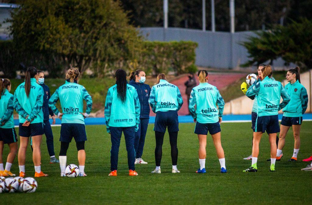 María Pry dirigiendo un entrenamiento previo a la semifinal de Supercopa de España